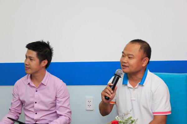 Thầy Phạm Lê Đức Ngân - GĐ hợp tác quốc tế ĐH FPT, đang trả lời câu hỏi của các bạn trẻ