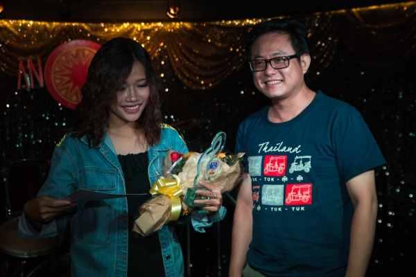 Nhạc sĩ Đường Gia Vinh trao giải Ba cho bạn Tôn Nữ Thùy Linh