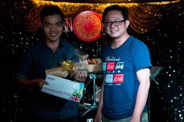 Nhạc sĩ Đường Gia Vinh trao giải Nhì cho bạn Trần Hoàng Giang
