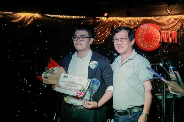 Nhạc sĩ Nguyễn Đức Trung trao giải cho Quán Quân Đỗ Tấn Lộc
