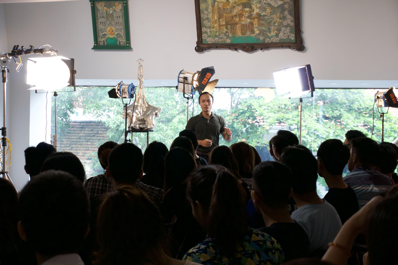 Đạo diễn Nguyễn Xuân Chung trong phần làm quen với các loại đèn chuyên dung.