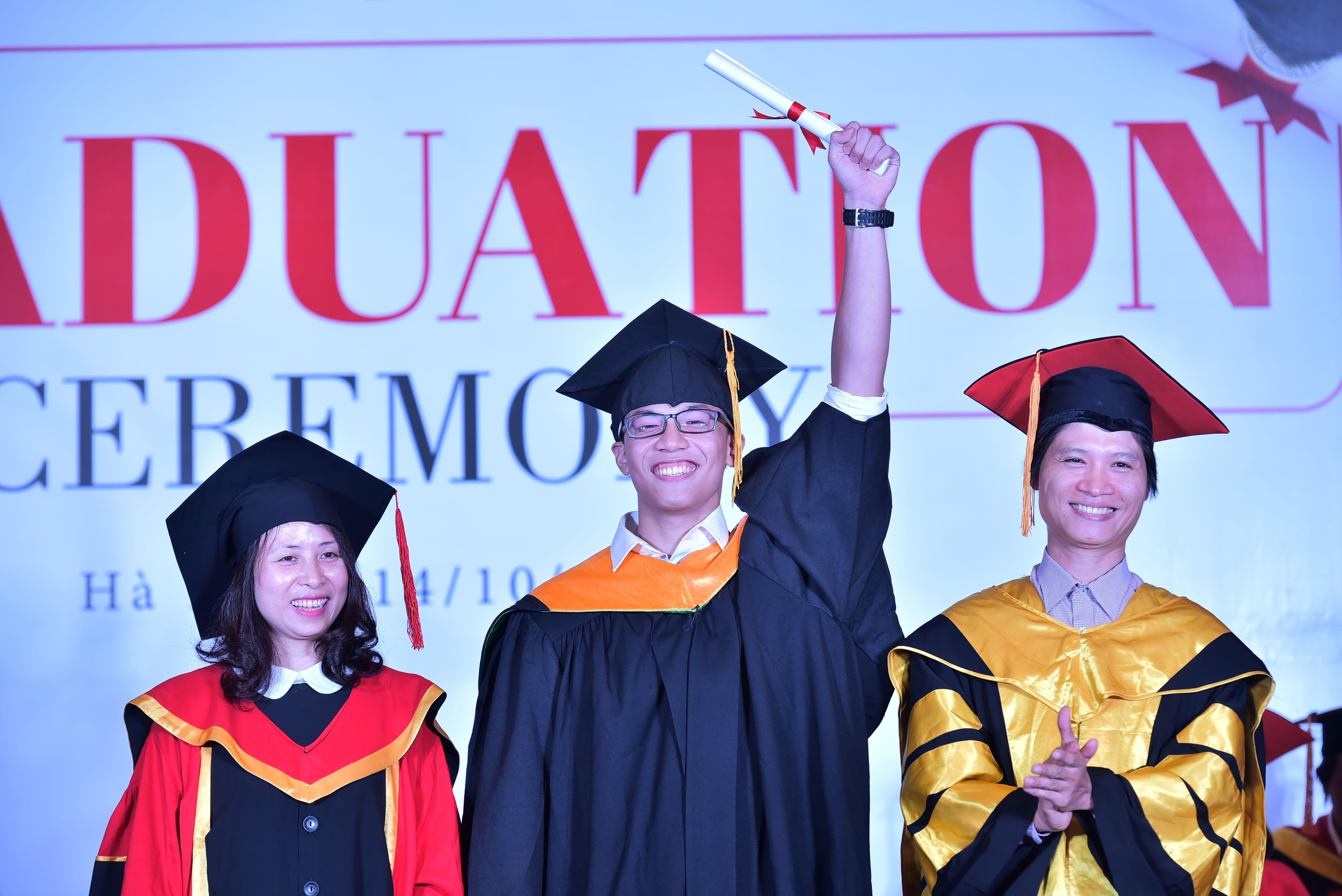 Nụ cười chiến thắng - Chiến thắng những kì thi, những project, những assignment và chiến thắng bản thân để có thể tốt nghiệp.