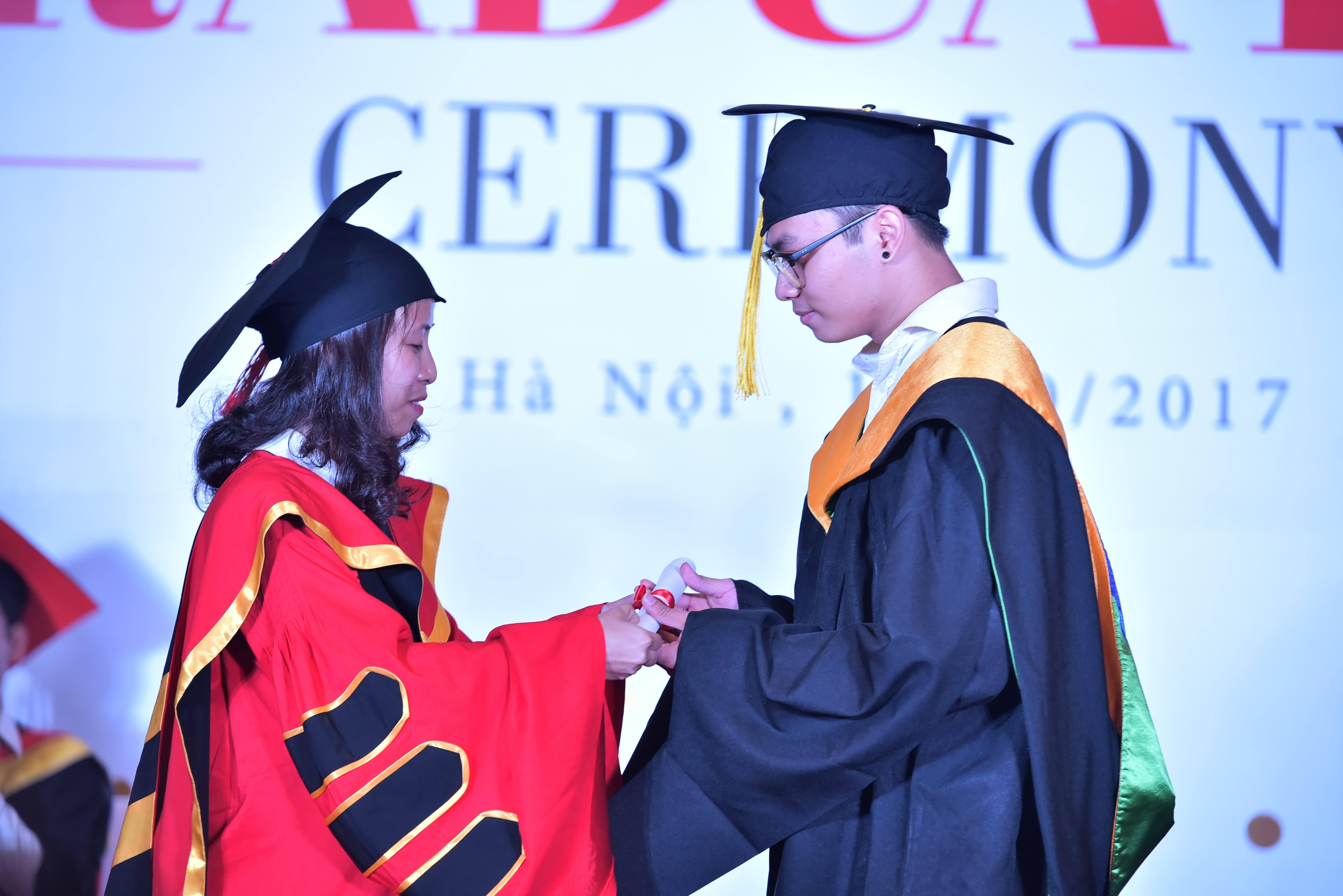 Cô Nguyễn Phương Anh - PGĐ Viện Đào tạo Quốc tế FPT là người trao bằng cho các sinh viên FPT Aptech.