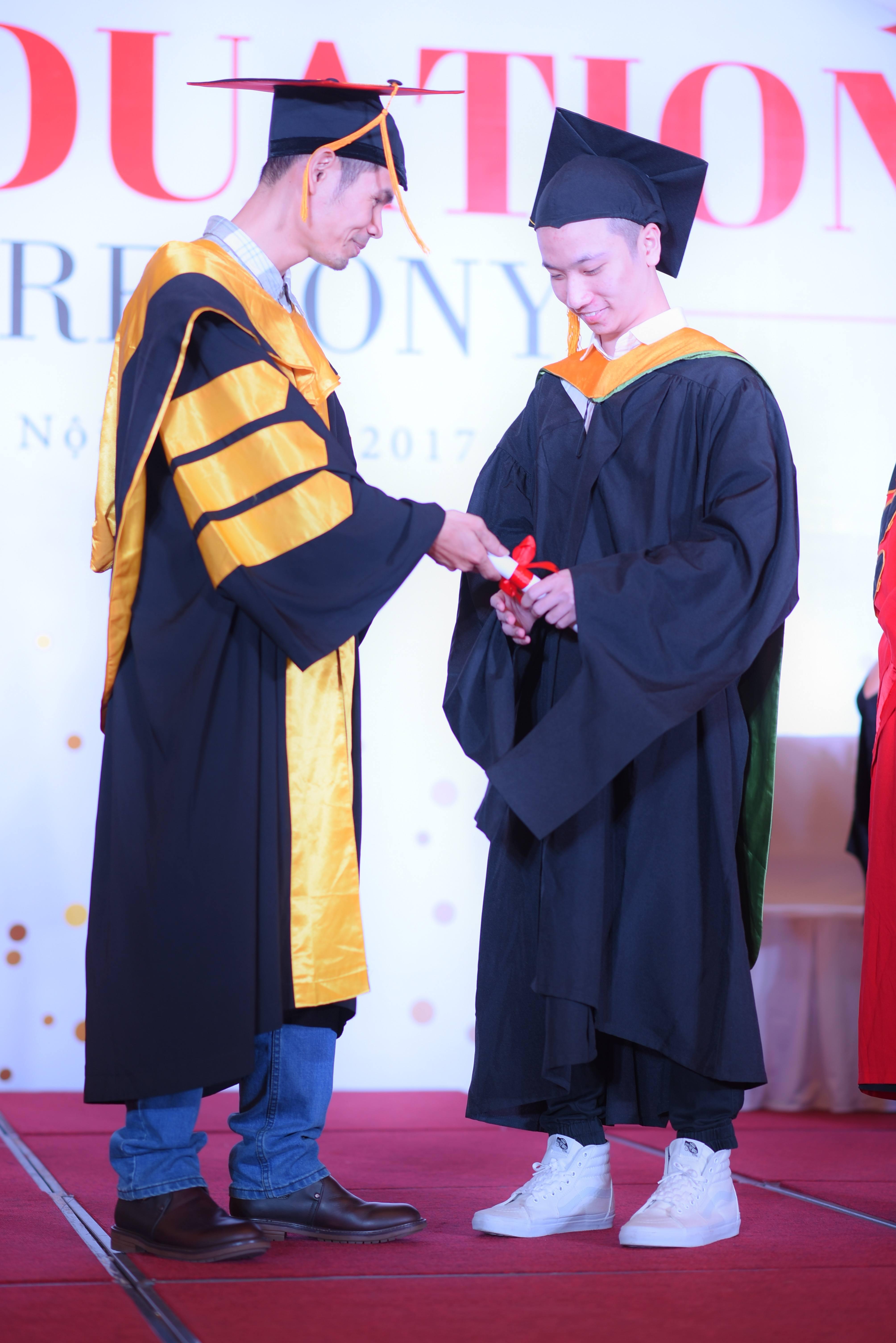 Nếu như cô Lê Thị Hồng Hạnh là người vắt dải mũ thì thầy Hà Dũng Hiệp là người thực hiện nghi thức trao bằng cho các sinh viên.