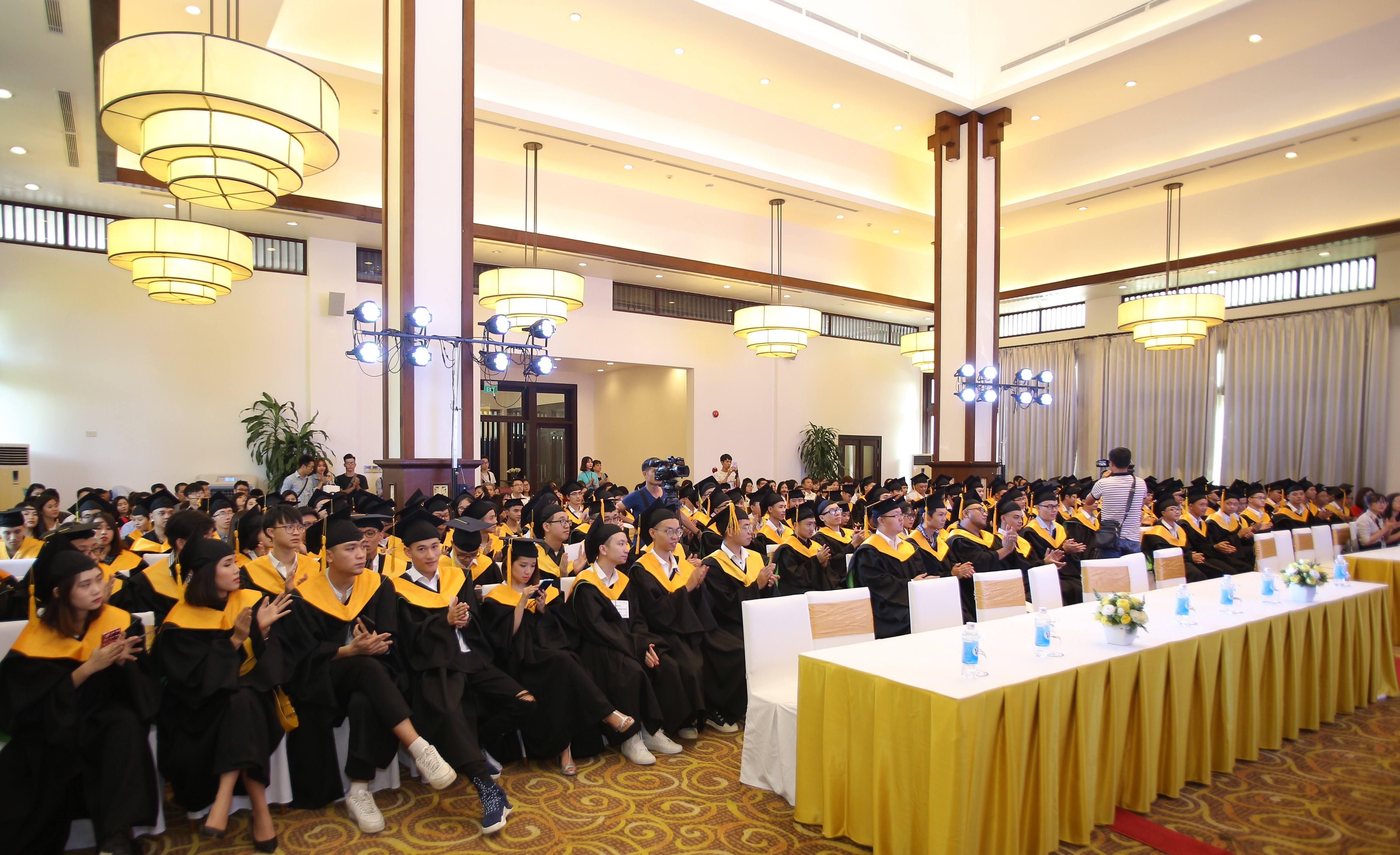 Gần 200 sinh viên đã có mặt tại Lễ Tốt nghiệp cùng với người thân của mình.