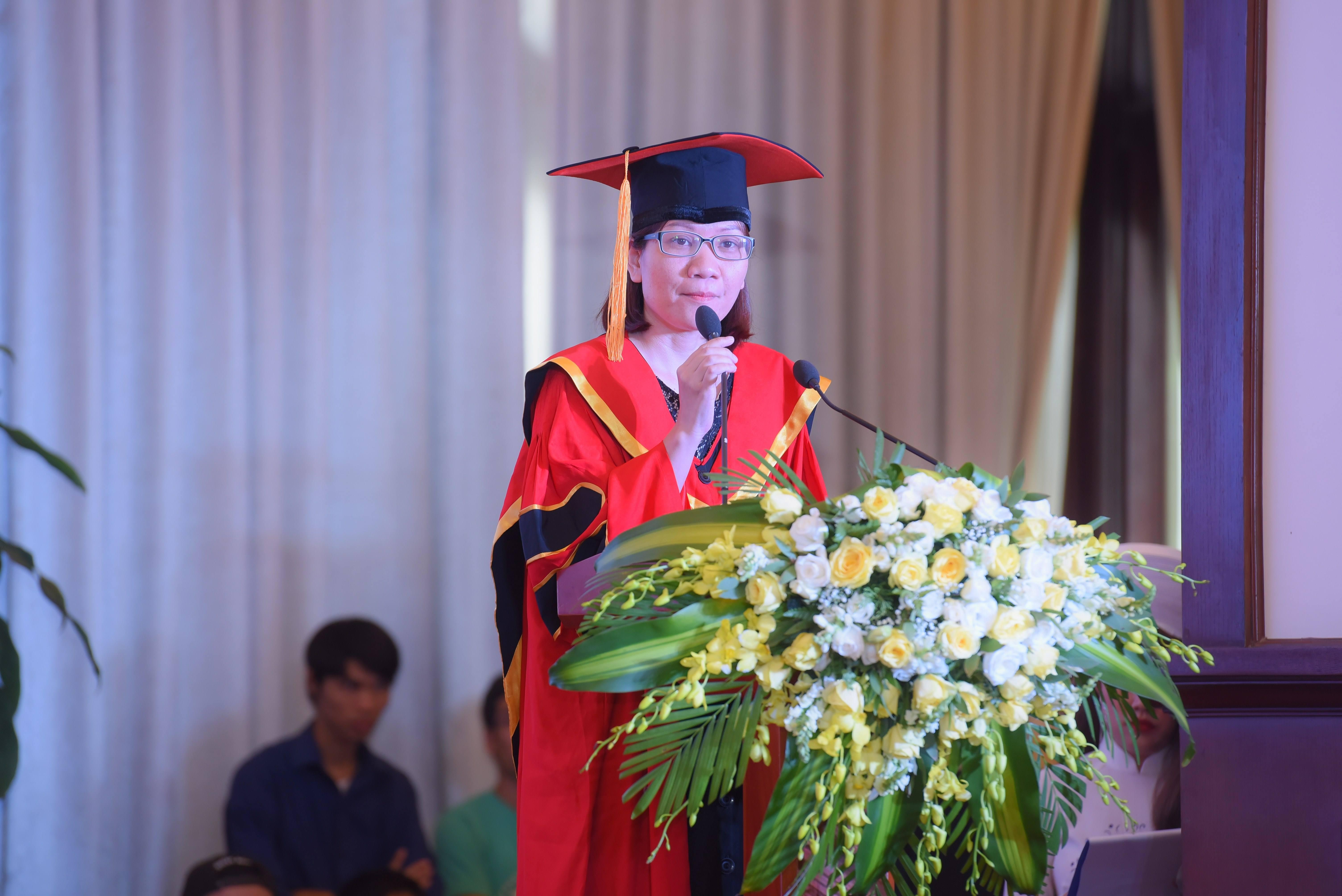 """Cô Lê Thị Hồng Hạnh - Giám đốc Viện Đào tạo Quốc tế: """"Các bạn thoát khỏi chúng tôi nhưng sẽ phải đối diện với một trường học lớn hơn. Đó là """"trường đời"""" - đầy lý thú nhưng cũng nhiều cạm bẫy và khó khăn."""