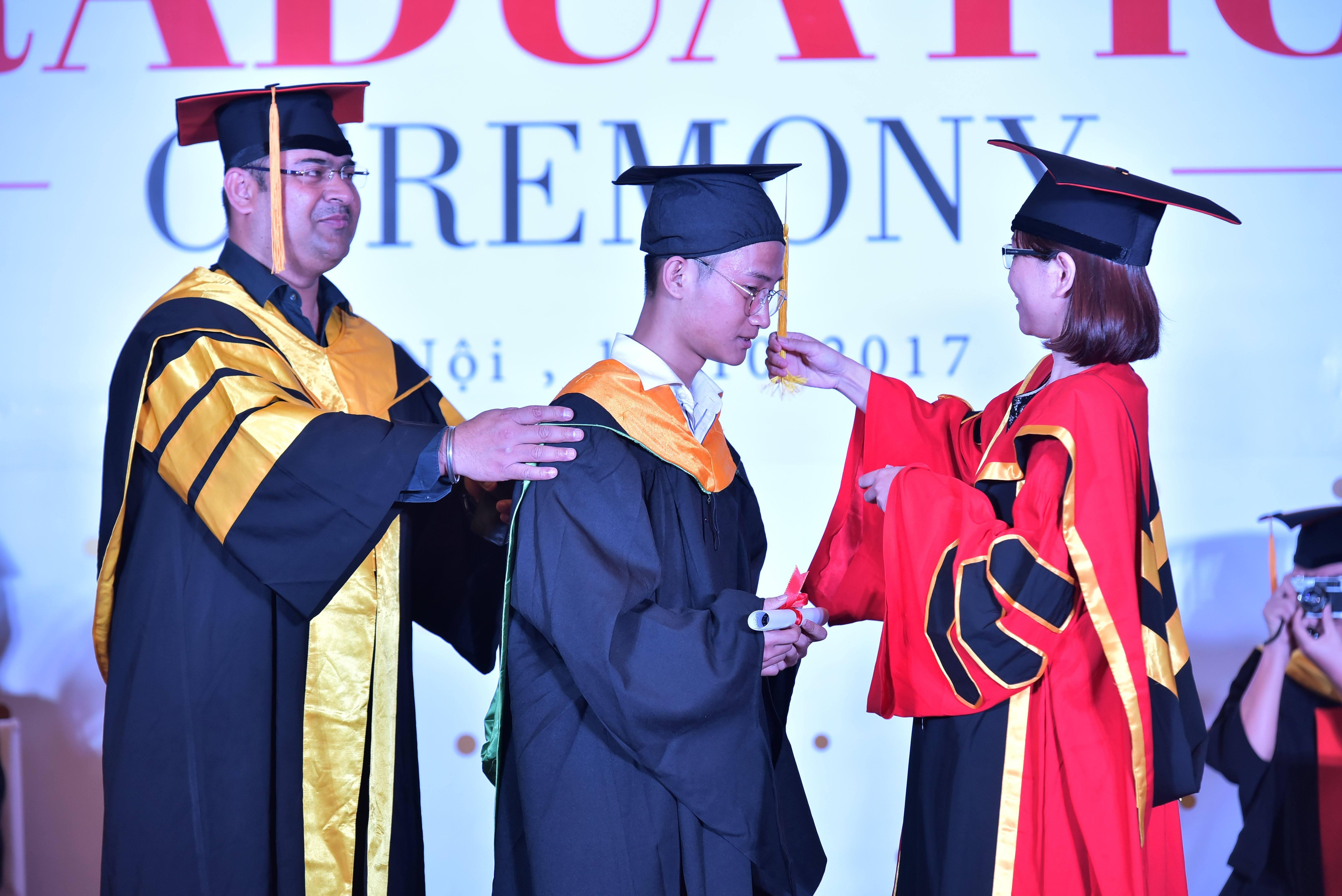 ...cùng với đó, cô Lê Thị Hồng Hạnh là người thực hiện nghi thức vắt dải mũ cho các bạn sinh viên FPT Jetking