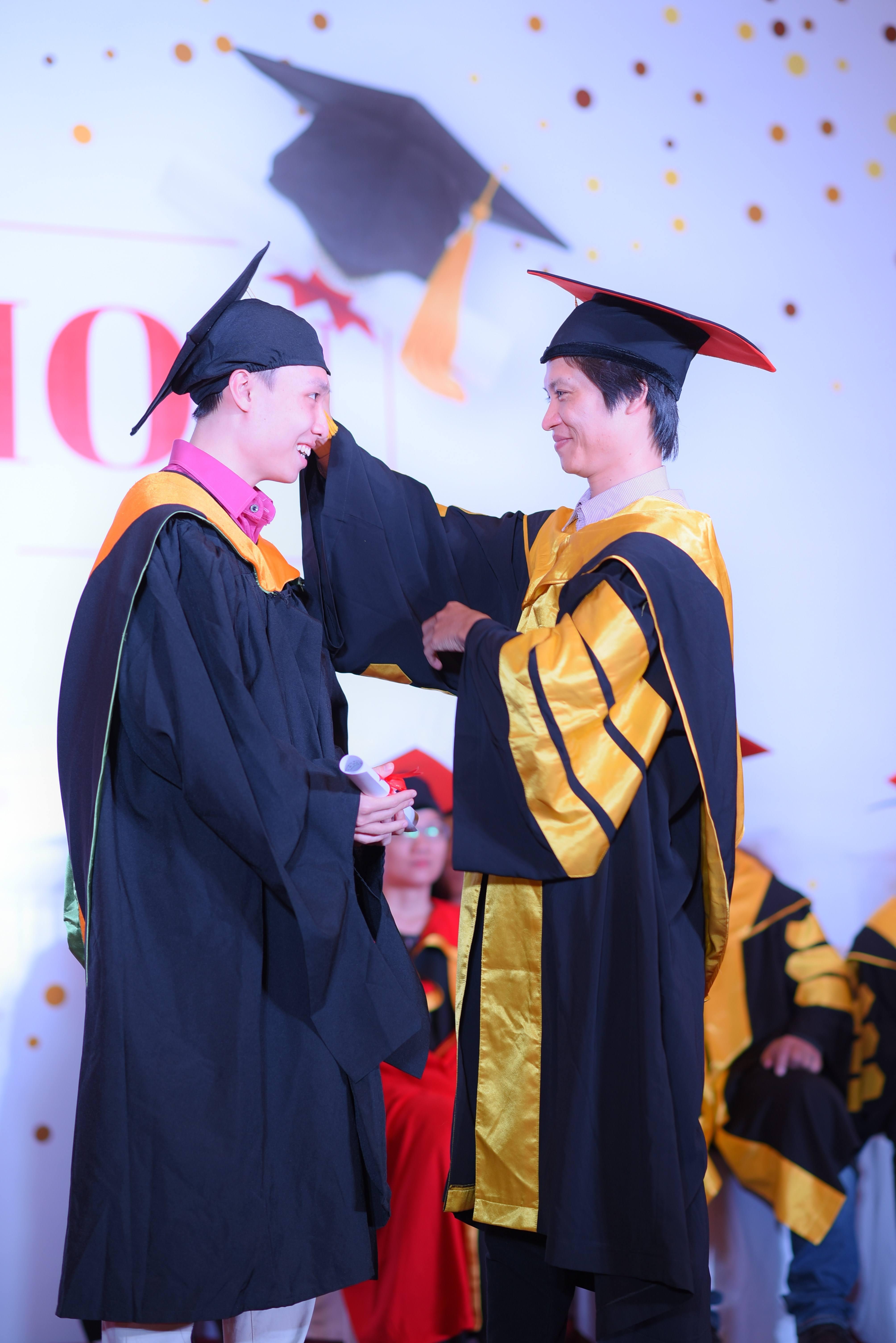 Đồng thời, thầy Nguyễn Tuân - Giám đốc chuyên ngành FPT Aptech là ngừoi thực hiện nghi thức vắt dải mũ - Nghi thức công nhận sự trưởng thành của một sinh viên, sẵn sàng gia nhập gia nhập thị trường lao động và cống hiến cho xã hội.
