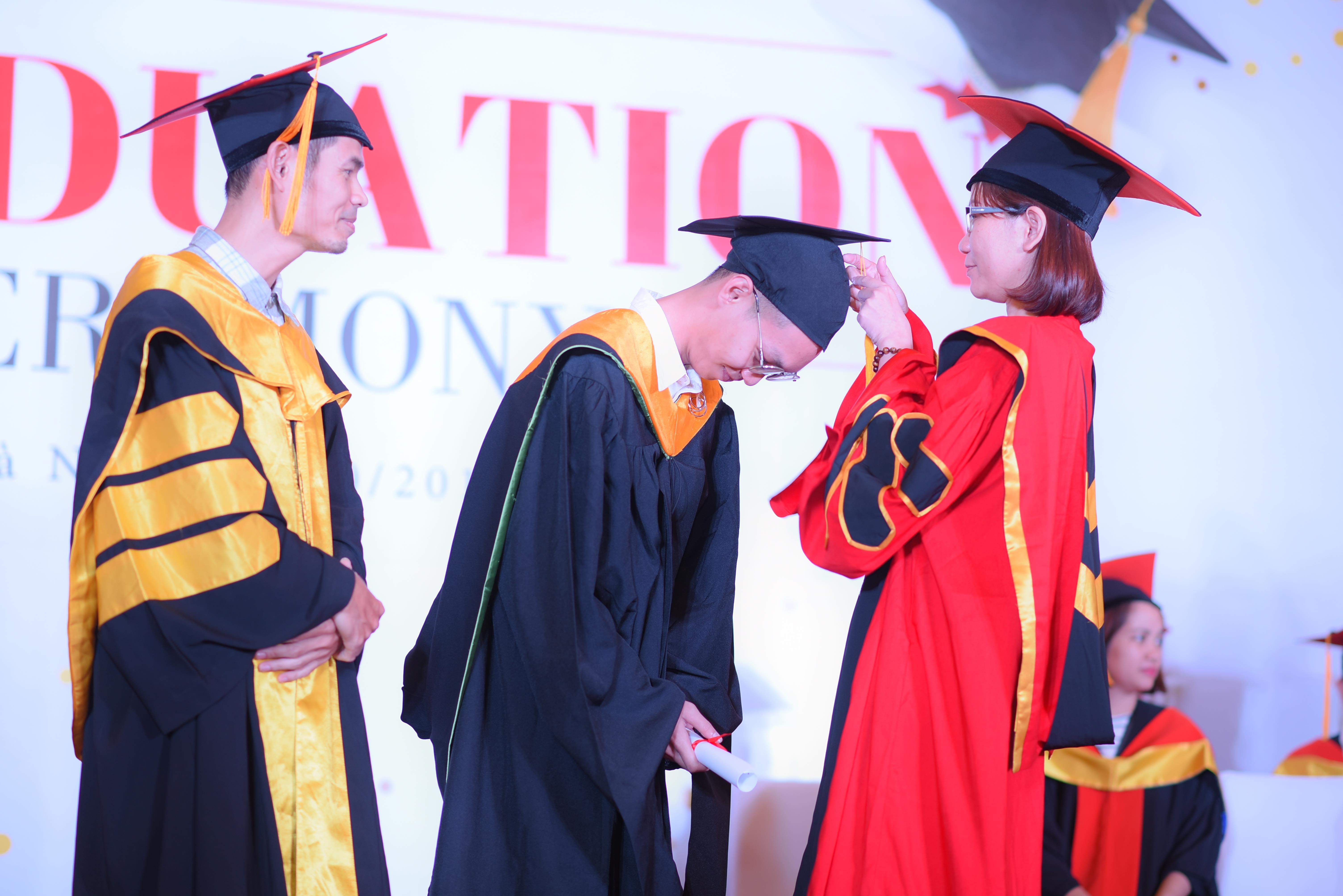 Sau FPT Aptech, các sinh viên FPT Arena là những người tiếp theo thực hiện nghi thức tốt nghiệp. Thầy Hà Dũng Hiệp - Giám đốc chuyên ngành FPT Arena và cô Lê Thị Hồng Hạnh - Giám đốc Viện Đào tạo Quốc tế FPT là những người thực hiện nghi thức này cùng các sinh viên.