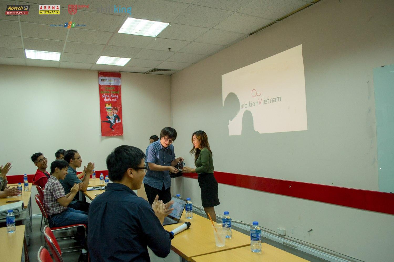 Chị Đinh Thị Tuyết Trinh – Trưởng phòng Quan hệ doanh nghiệp FPT Arena  tặng kỷ niệm chương cho đại diện Ambition Việt Nam – ông Suzuki