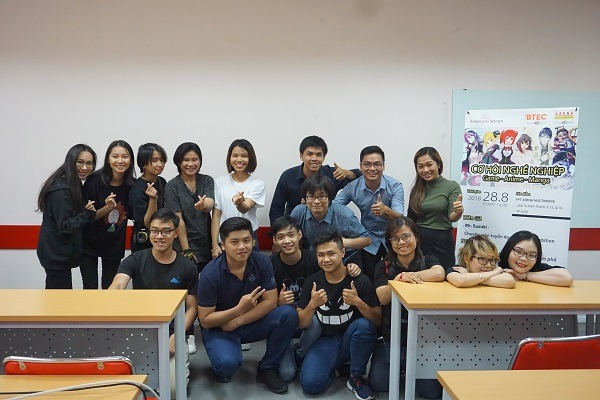 Sinh viên FPT Arena chụp hình lưu niệm cùng Ambition Việt Nam