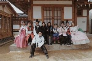 Lê Nhân và các bạn trong nhóm DamTV ở Hàn Quốc (áo trắng)