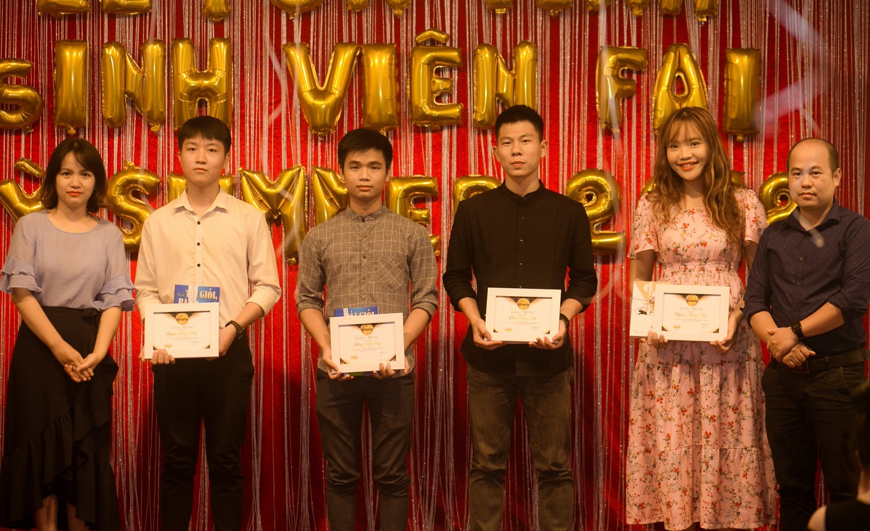 Sinh viên xuất sắc tháng 5 Nguyễn Lê Thế Phương, Đặng Đình Tùng, Đào Hoàng Anh, Nguyễn Hương Thủy của chương trình FPT Arena