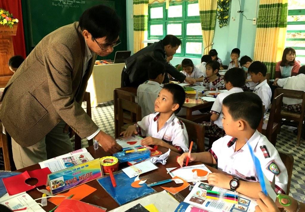 Học sinh trong giờ mỹ thuật tại các trường Tiểu học