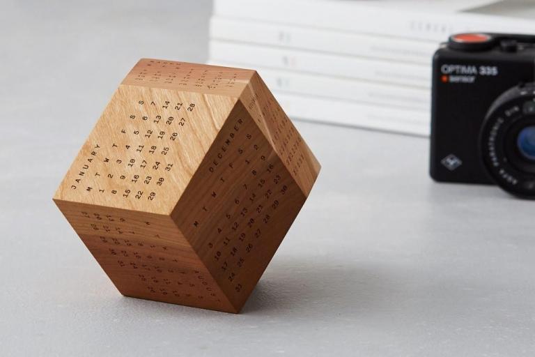 Lịch chất liệu gỗ mỗi mặt là khối thập nhị diện đều