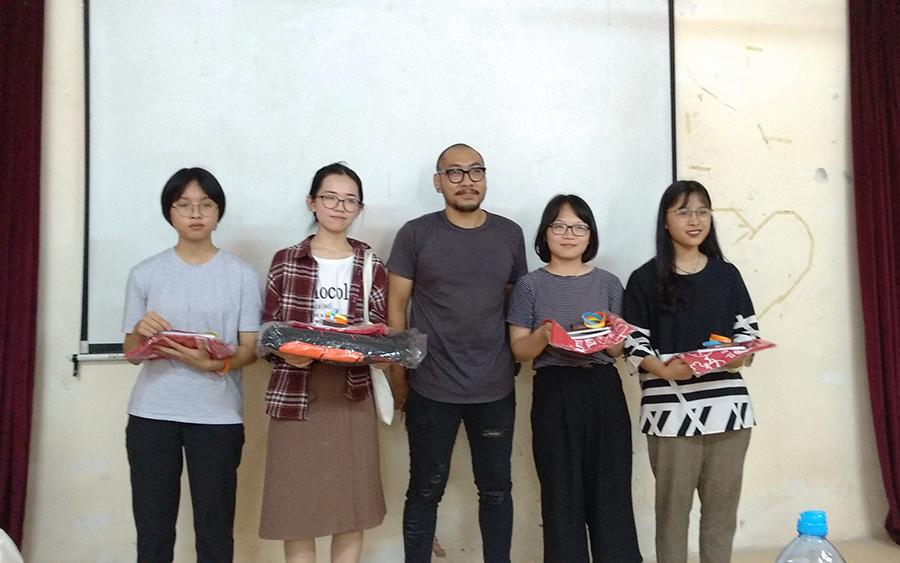 Diễn giả Cao Trung Hiếu cùng các bạn sinh viên Đại học Ngoại Thương Hà Nội