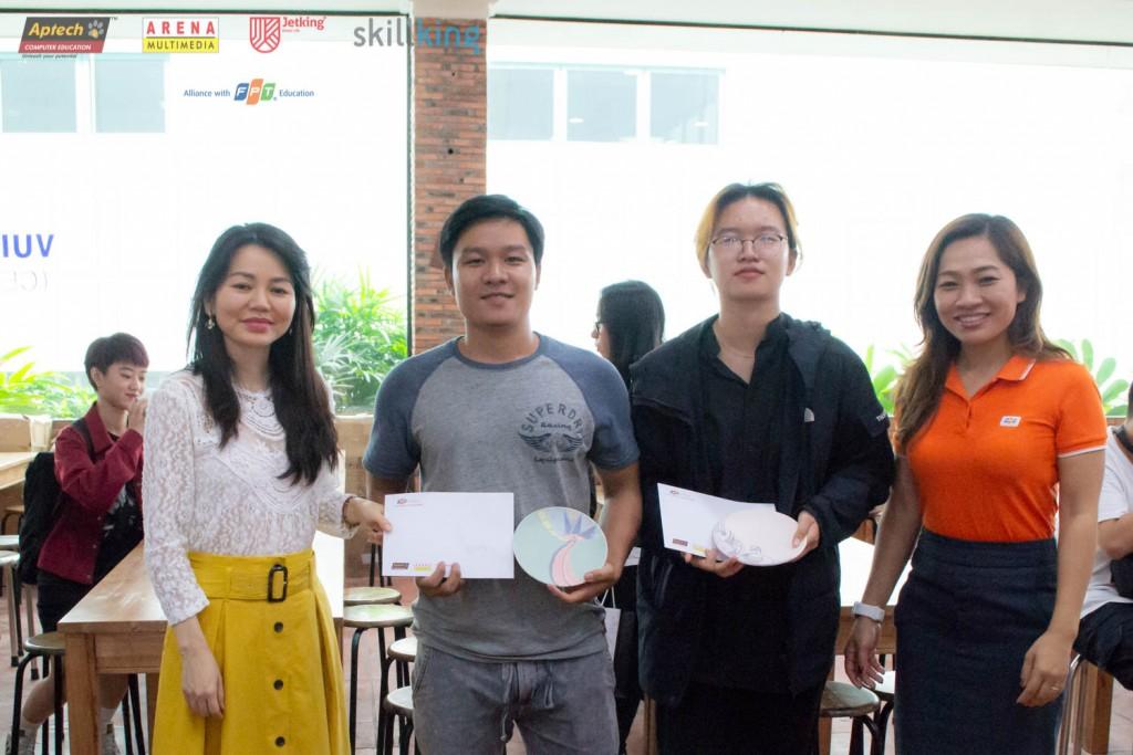 Chị Đinh Thị Tuyết Trinh (phải) và chị Lý Kha Trân cùng 2 bạn đạt giải nhất và nhì của cuộc thi vẽ gốm