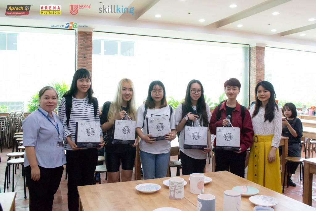 Chị Lý Kha Trân (phải) và chị Bùi Thị Hoàng Oanh cùng các bạn sinh đạt giải bình chọn