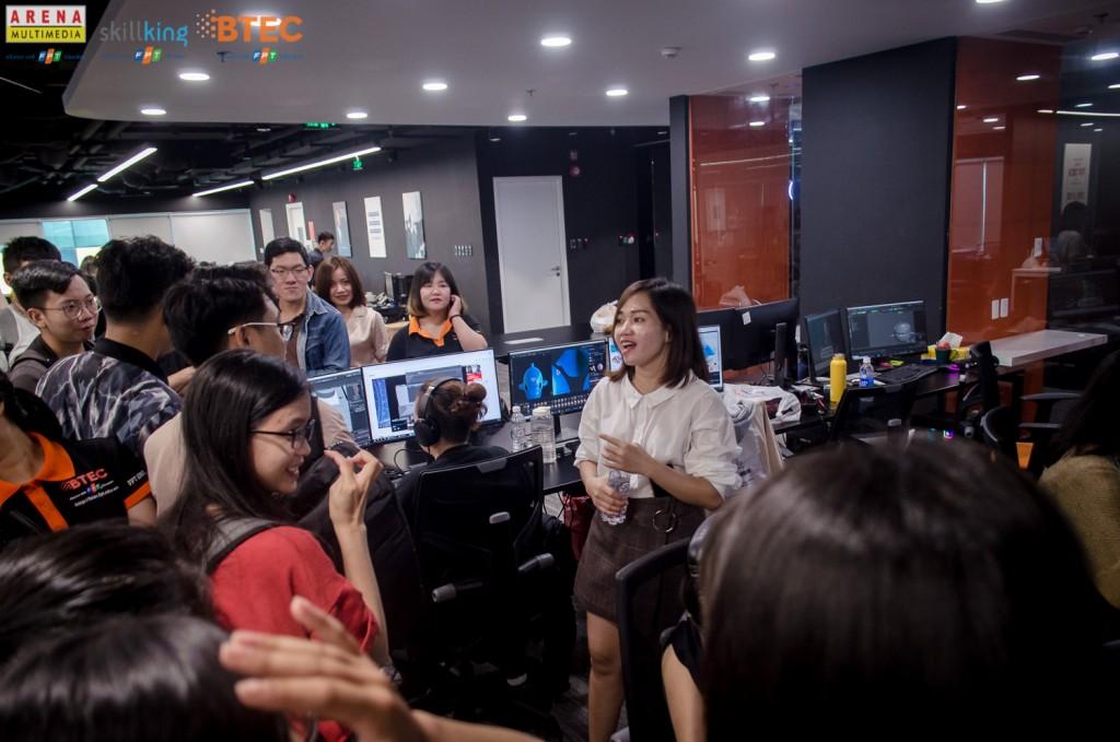 Chị Hải Long – HR manager đại diện Yeah1 tiếp đón, hướng dẫn tham quan