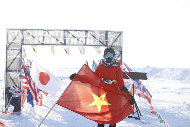 Lá cờ Việt Nam tung bay giữa biển Bắc Cực.
