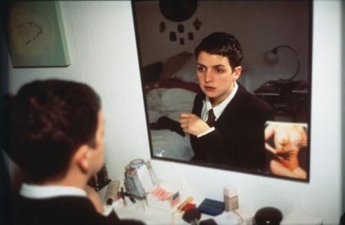 """Thăng hoa: sự chuyển hóa của khổ đau thành cái đẹp.' Nan Goldin, """"Siobhan trong gương"""" (1992)"""