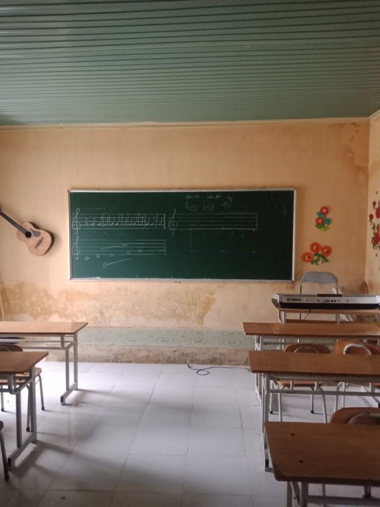 Nhiều lớp học hiện đang sử dụng mái tôn để làm trần, mùa hè rất nóng còn mùa đông thì rất lạnh.