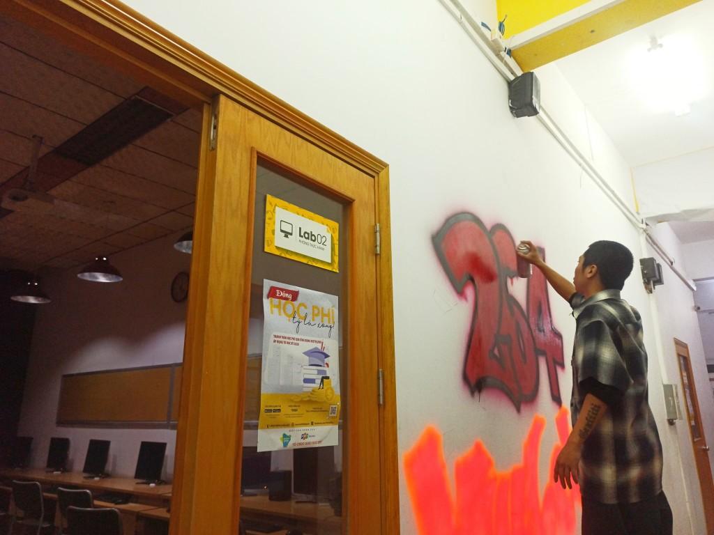 """Doãn Tuấn Minh - Cựu sinh viên FAN trở về trường và vẽ chữ """"264 My home"""" theo phong cách Graffiti ấn tượng."""