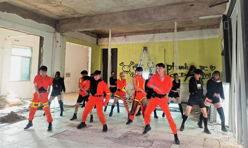 Công trường FAN Đội Cấn đã được dọn dẹp tạm thời 1 phần không gian dành cho The Will 5 thực hiện bài nhảy của mình.